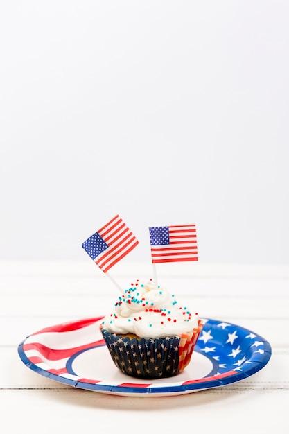 Cupcake com granulado e bandeiras de papel Foto gratuita