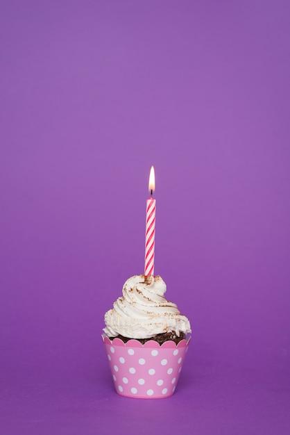 Cupcake com vela acesa Foto gratuita