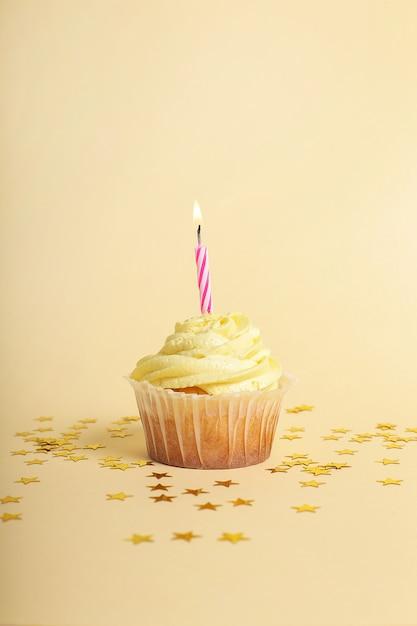 Cupcake com vela e estrelas Foto gratuita