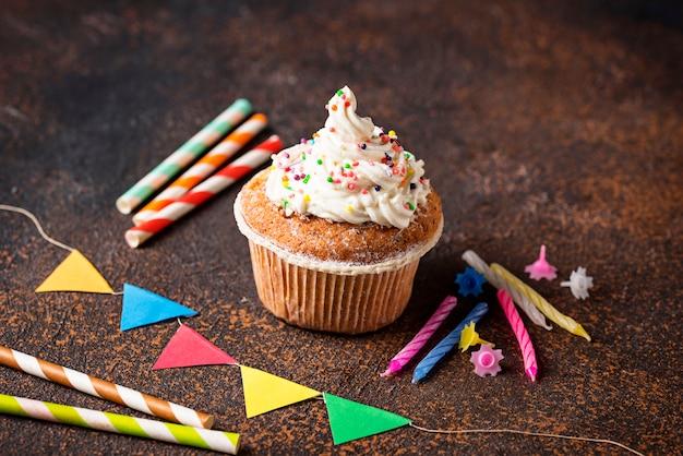 Cupcake de aniversário com creme e decorações Foto Premium