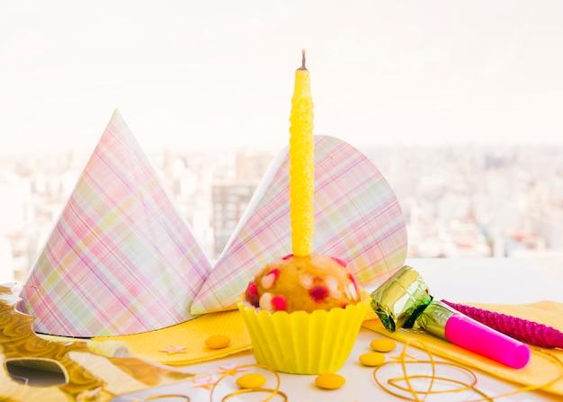 Cupcake de aniversário com vela Foto gratuita