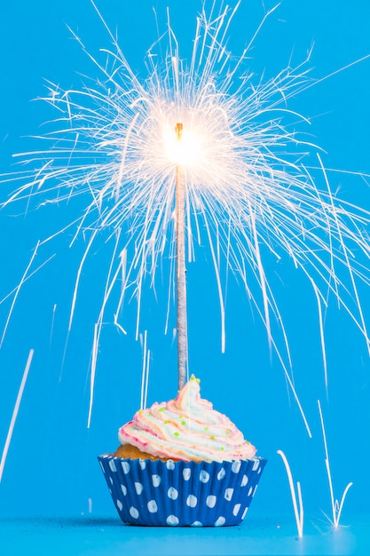 Cupcake de aniversário vista frontal com diamante Foto gratuita