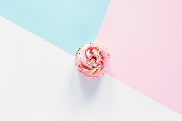 Cupcake em fundo colorido Foto gratuita