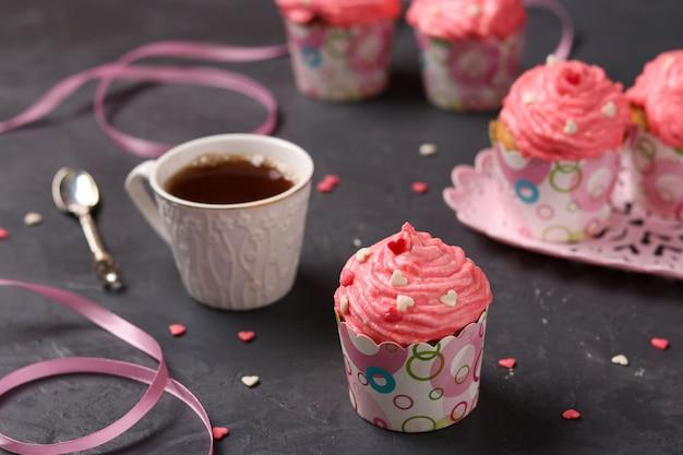 Cupcakes caseiros com creme, conceito para dia dos namorados, aniversário e dia das mães Foto Premium