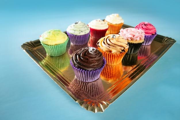 Cupcakes coloridos creme muffin arranjo Foto Premium