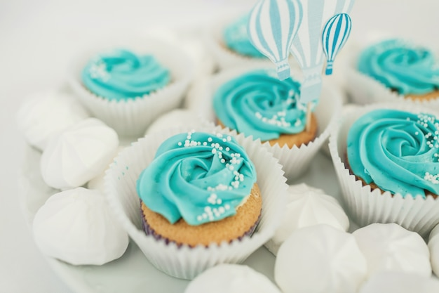 Cupcakes Com Esmalte Azul Servidos No Prato Branco Baixar Fotos