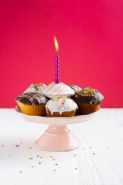 Cupcakes com esmalte em fundo vermelho Foto gratuita