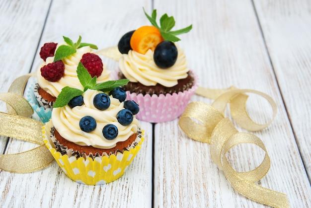 Cupcakes com frutas frescas Foto Premium