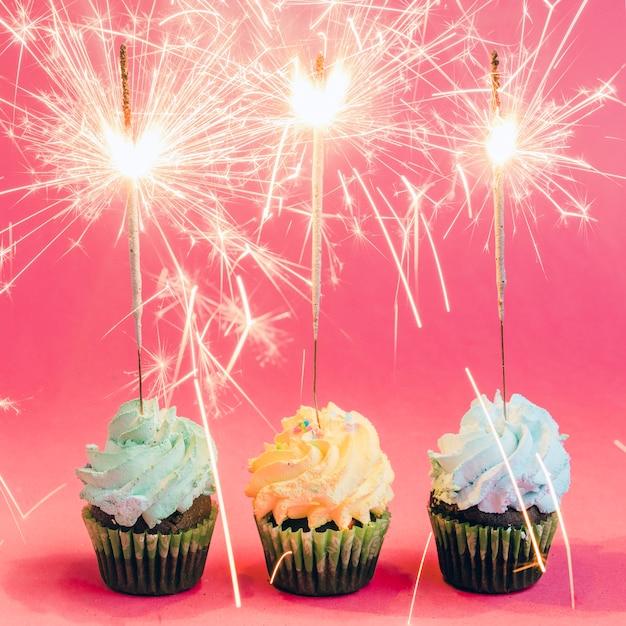Cupcakes com sparklers Foto gratuita