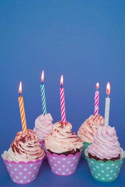Cupcakes com vela acesa Foto gratuita
