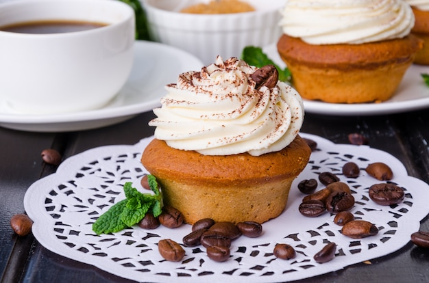 Cupcakes de café doce com creme de manteiga e grãos de café Foto Premium