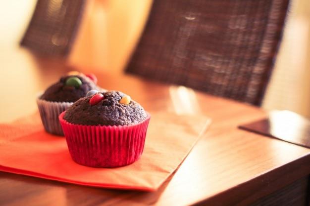 Cupcakes de chocolate com m & ms Foto gratuita