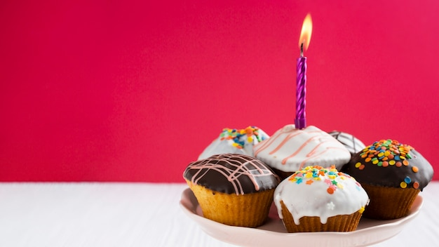 Cupcakes de esmalte com espaço de cópia Foto gratuita