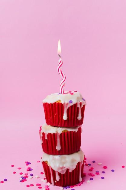 Cupcakes doces com vela Foto gratuita