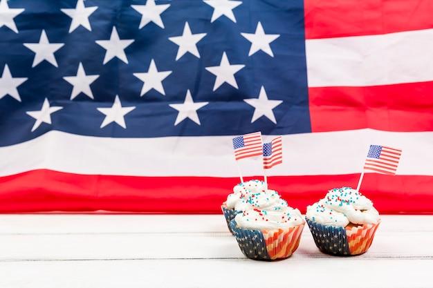 Cupcakes festivos no fundo da bandeira dos eua Foto gratuita