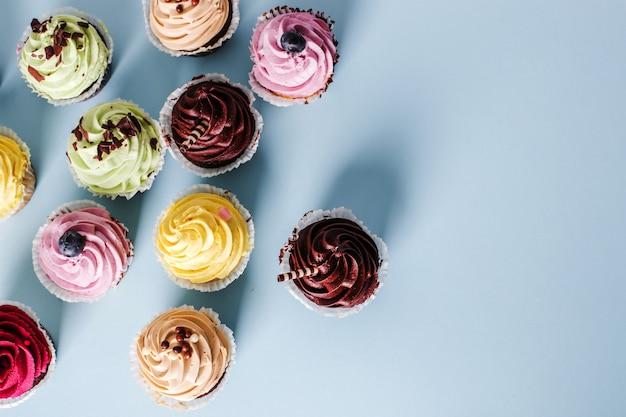 Cupcakes na mesa Foto gratuita