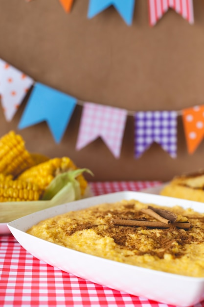 Curau, canjica, angú, creme de milho e sobremesa típicos da culinária brasileira. Foto Premium