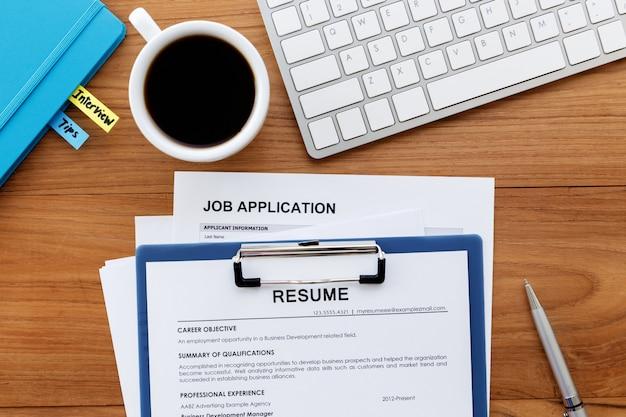 Currículo e solicitação de emprego na mesa de escritório Foto Premium