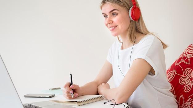 Cursos online para jovens estudantes inteligentes Foto gratuita
