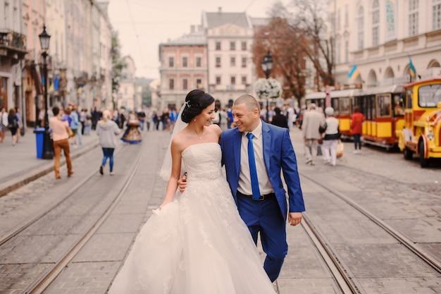 Curta apenas casado na rua Foto gratuita
