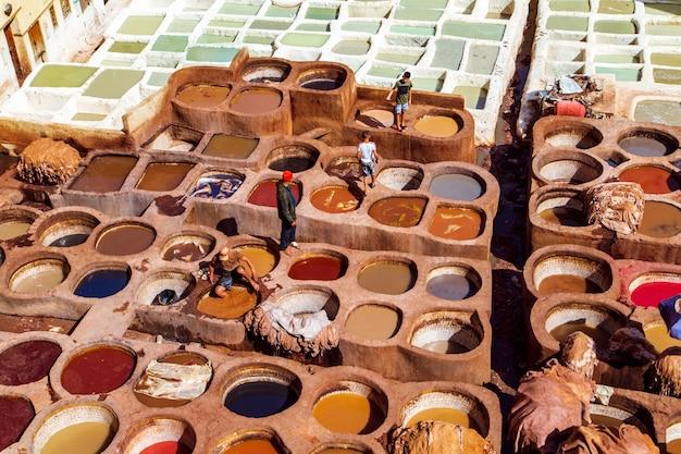 Curtume famoso chouara. curtimento manual em couro. Foto Premium