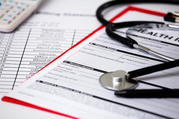 Custos com cuidados de saúde. estetoscópio. custos de cuidados de saúde ou seguro médico Foto Premium