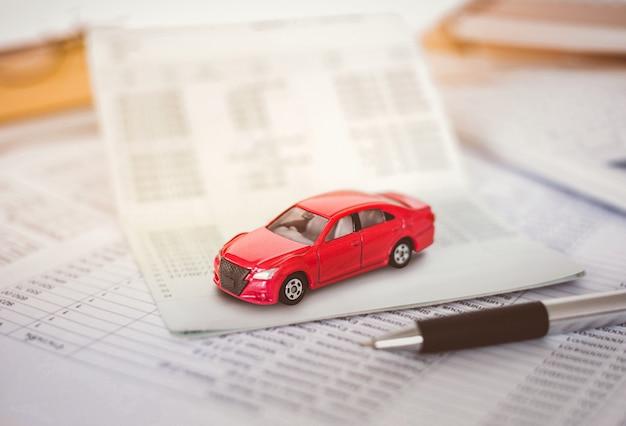Custos de pagamentos de cálculo de despesas de carro com notas em papel, tabela de pagamentos e dinheiro em dólar Foto Premium