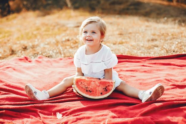 Cute, criança pequena, com, um, melancia Foto gratuita