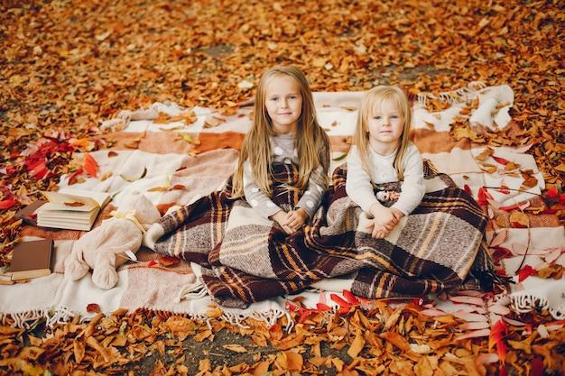 Cute, meninas, em, um, outono, parque Foto gratuita