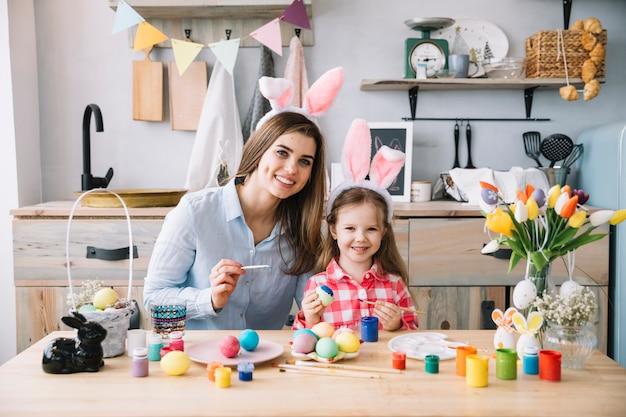 Cute, menininha, em, orelhas bunny, quadro, ovos, para, páscoa, com, mãe Foto gratuita