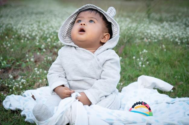 Cute, pequeno, asina, bebê, sentando, em, branca, flor, jardim Foto Premium