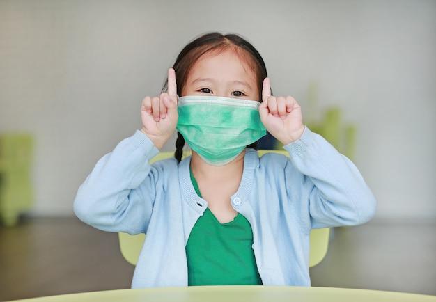 Cute, pequeno, criança asiática, menina, desgastar, um, máscara protetora Foto Premium