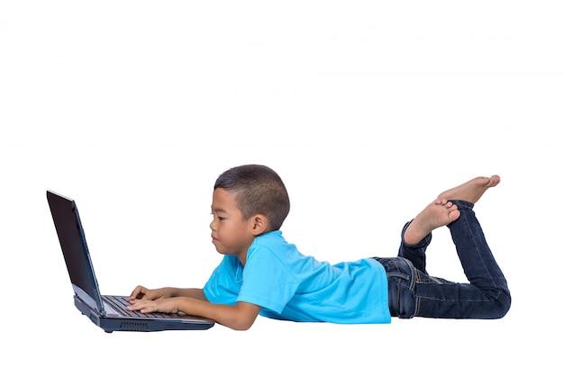 Cute, pequeno, menina asiática, criança, encontrar chão, estudar, ou, usando computador portátil, isolado, branco Foto Premium