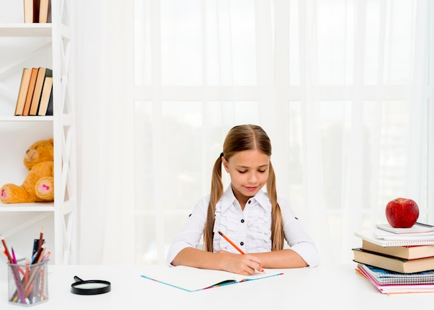 Cute, schoolgirl, fazendo, dever casa Foto gratuita
