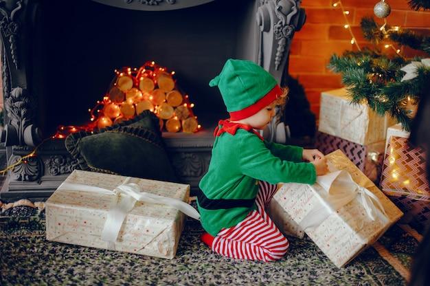 Cutte irmãozinhos em casa perto de decorações de natal Foto gratuita