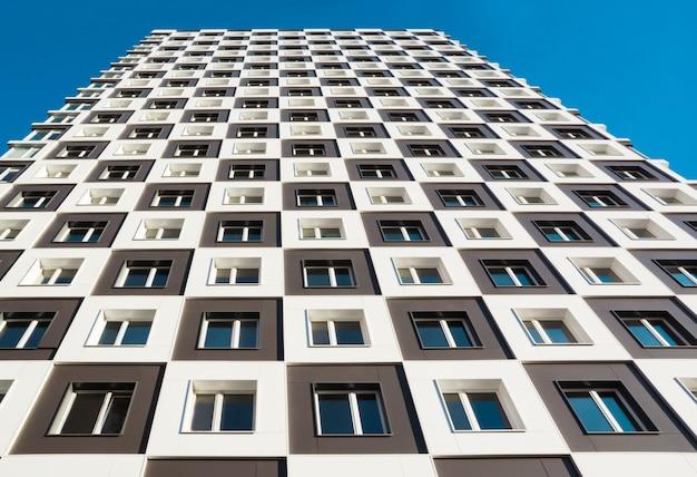 Da foto abaixo do moderno e novo prédio de apartamentos. Foto Premium