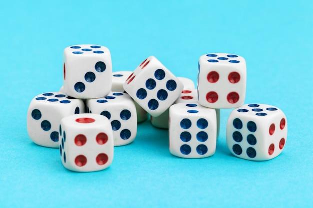 Dadinhos de jogos sobre fundo azul. conceito de jogo. Foto Premium