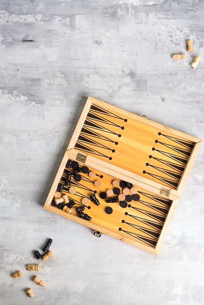 Dados de gamão e peças com um par de peças de xadrez na pedra, plana leigos Foto Premium