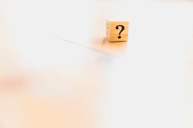 Dados de madeira com ponto de interrogação e dúvida. Foto Premium