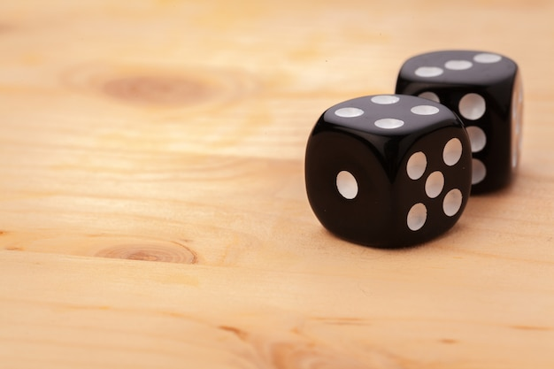 Dados na mesa de madeira. jogos de cassino. Foto Premium