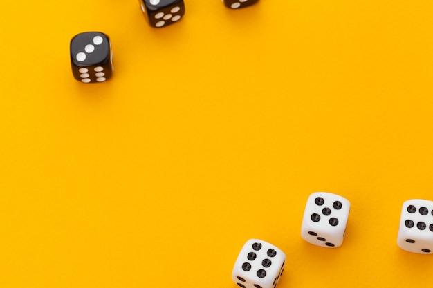 Dados preto e branco em um fundo laranja Foto Premium