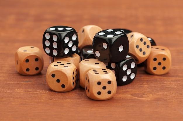 Dados sobre uma mesa de madeira. conceito de risco comercial. Foto Premium
