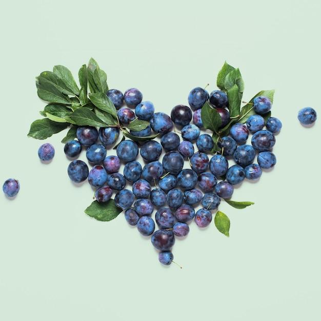 Damascenos selvagens azuis com folhas verdes Foto Premium