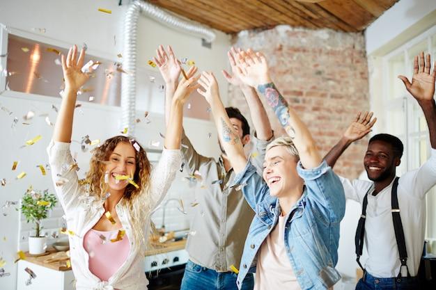 Dança feliz com amigos Foto gratuita