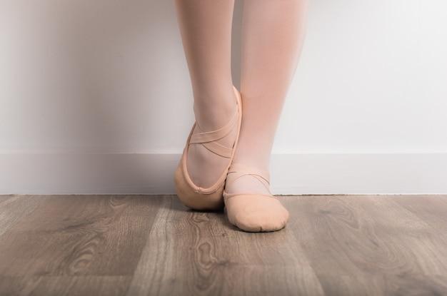 Dançarina de bailarina adolescente em estúdio Foto Premium