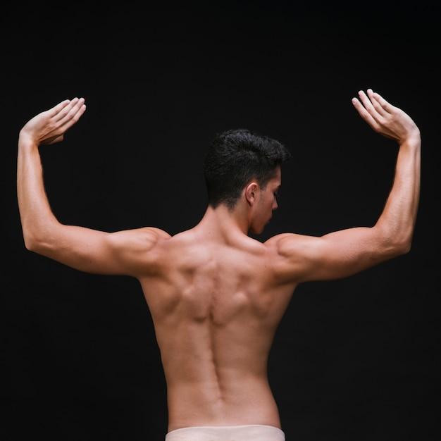 Dançarina de balé sem camisa com braços musculosos e costas Foto gratuita