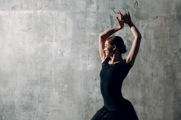 Dançarina de flamenco feminino de vestido preto Foto Premium