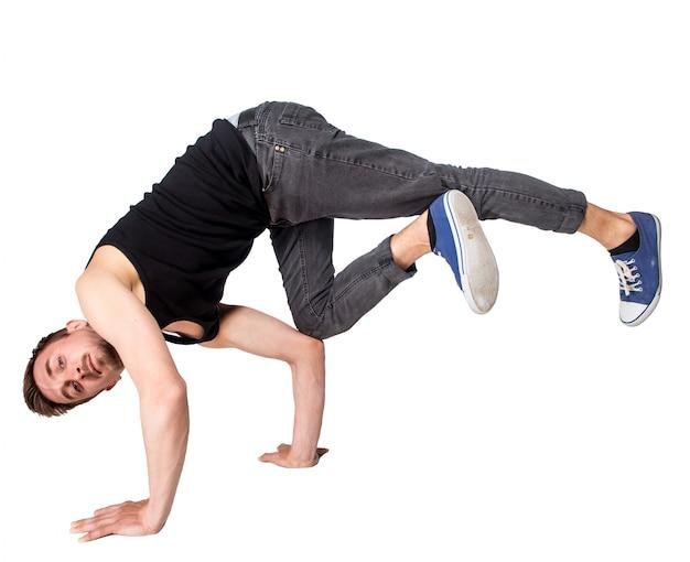 Dançarino de break fazendo parada de mãos contra fundo branco Foto gratuita