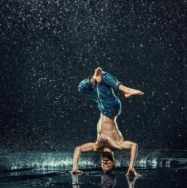 Dançarino de pausa na água Foto gratuita