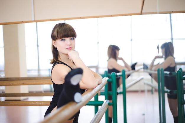 Dançarino está fazendo exercícios na aula de balé Foto Premium
